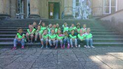 Dzieci siedzą na schodach Pałacu w Królikarni