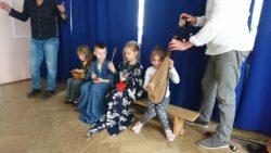 Dzieci przebrane w kimona grają na tradycyjnych azjatyckich instrumentach