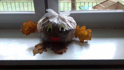 Stworek wykonany z worka, liści i kasztanów