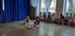 dzieci czworakują na podłodze