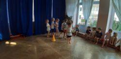 dzieci okrążające pachołek