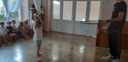 zajęcia sportowe na sali. Dziecko rzuca piłkę