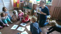 Pani Kasia pokazuje dzieciom ilustarcje