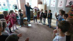 dzieci machające w rytm piosenki w kole