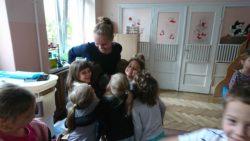 dzieci przytulające panią Kasię