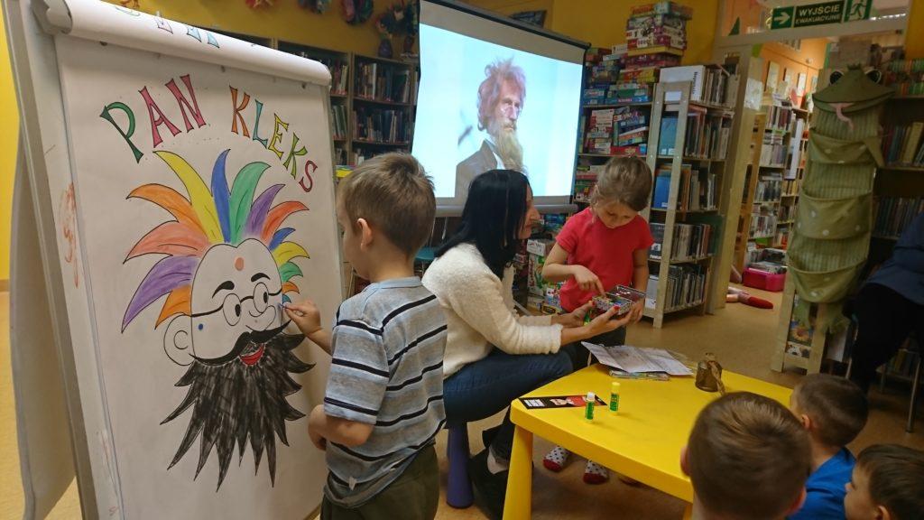 Dziecko nakleja sztucznego piega ilustracji Pana Kleksa