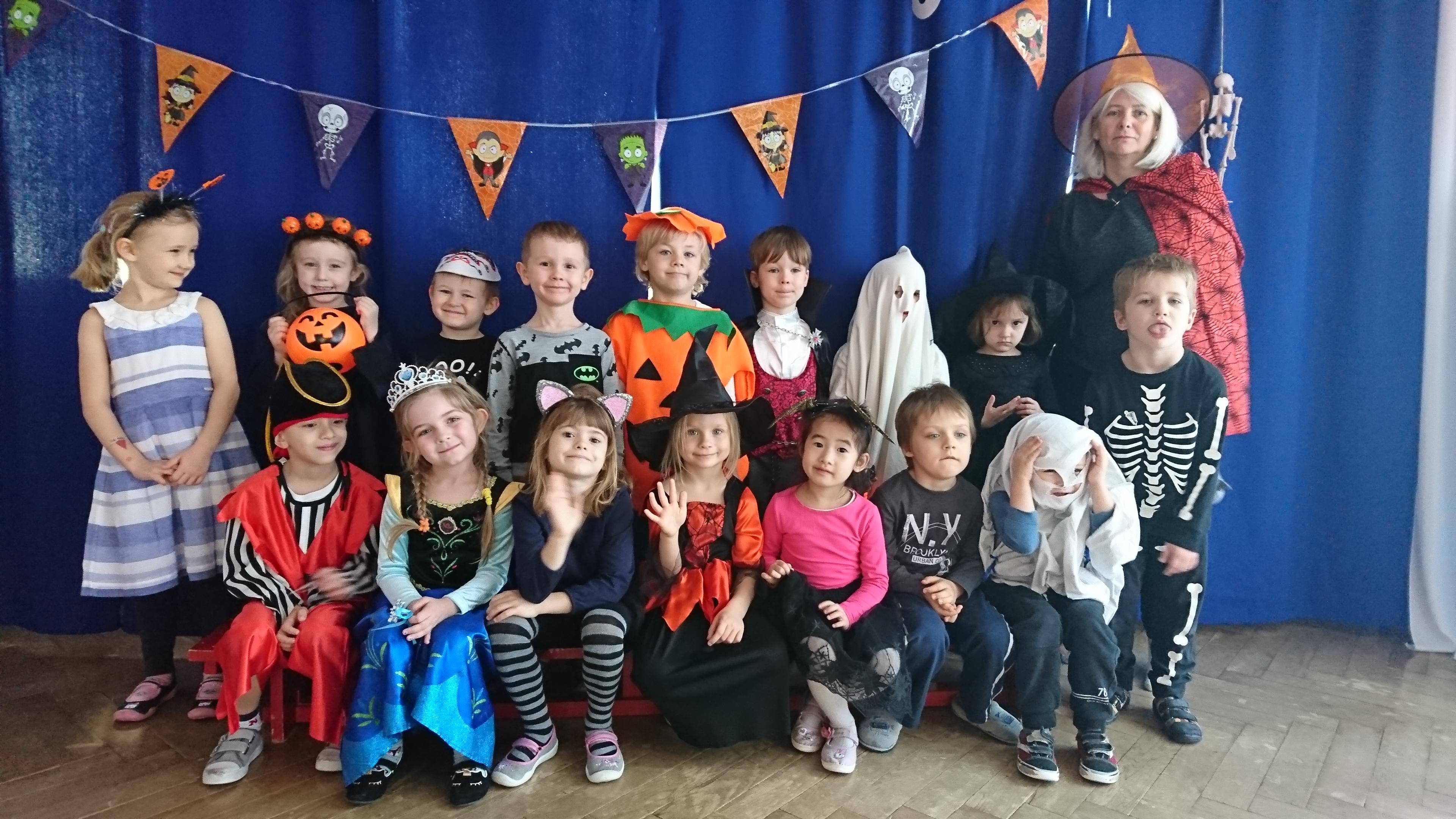 Zdjęcie grupowe dzieci przebranych w troje halloweenowe