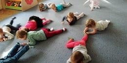 Dzieci czołgają się po dywanie