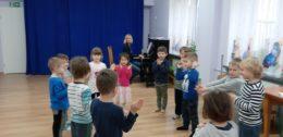 Dzieci tańczące w kole na zajęciach rytmiki