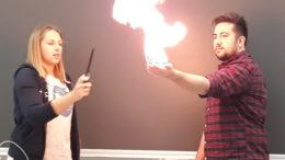 Kobieta podpaliła mężczyźnie rękę w ramach doświadczenia. Mężczyzna wyciąga rękę pokazując płomień