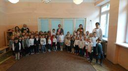 Wszystkie grupy ubrane na galowo wraz z nauczycielami i Panią Dyrektor pozują do zdjęcia