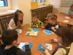 Dzieci malują farbami chmurki