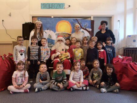 Grupowe zdjęcie dzieci z Mikołajem