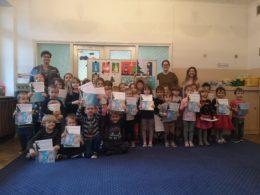Dzieci czyli uczestnicy konkursu pozują w grupie do zdjęcia trzymając w rękach dyplomy. Za nimi stoi Pani Dyrektor wraz z nauczycielkami