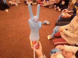 nadmuchana rękawiczka ozdobiona jak króliczek