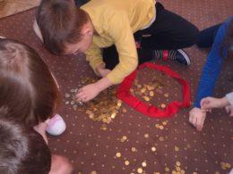 dzieci segregują groszówki