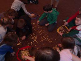dzieci na dywanie segregują monety