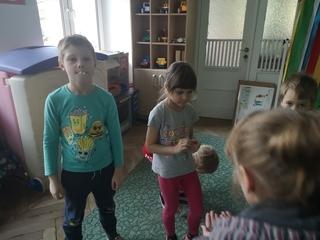dzieci trzymają w ustach łyżkę, an której jest papierowa kulka