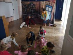 Dzieci pomagają aktorom sprzątać sklepik z zabawkami