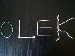 zdjęcie imienia Olek ułożonego z patyczków