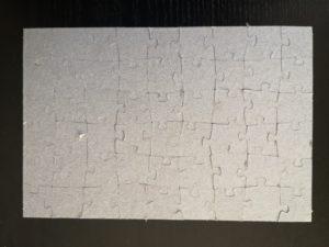 zdjęcie ułożonych puzzli od tyłu