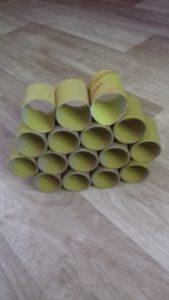 zdjęcie pokolorowanych rolek po papierze toaletowym