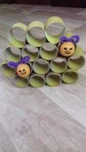 zdjęcie rolek połączonych w formę ula oraz dwie pszczółki w nim