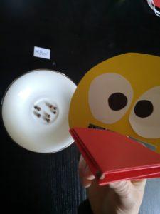 zdjęcie papierowej kaczki zbierającej pieprz