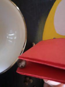 zdjęcie pieprzu w dziobie papierowej kaczki