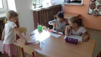 dziewczynki rysują przy stole