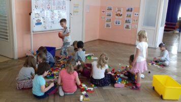 dzieci bawią się klockami na podłodze