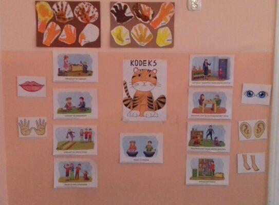 prace dzieci przyklejone na ścianie