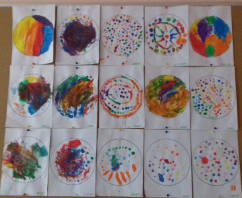Prace plastyczne dzieci przedstawiające kropki