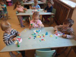 dzieci wyklejają karton bibułą