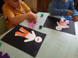 Zdjęcie dzieci pracujących przy stolikach