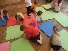 zdjęcie dzieci bawiących się matami