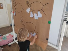 zdjęcie dziewczynki przy tablicy