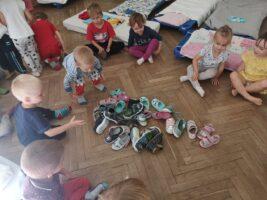zdjęcie dzieci bawiących się butami