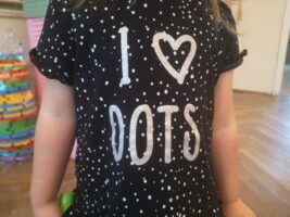 Koszulka dziewczynki z napisem kocham kropki