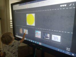 dziecko przed monitorem