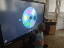dziecko kręci multimedialnym kołem fortuny