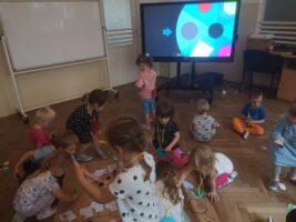 Dzieci przed monitorem kręcą kołem fortuny