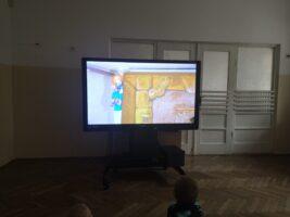 Zdjęcie dzieci oglądających teatrzyk zakupiony przez Radę Rodziców
