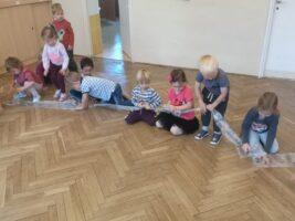 Zdjęcie dzieci bawiących się folią bąbelkową - Sprzątanie Świata