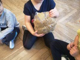 Zdjęcie dziecka z kulką z folii bąbelkowej - Sprzątanie Świata
