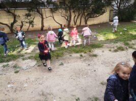 Zdjęcie dzieci sprzątających śmieci - Sprzątanie Świata