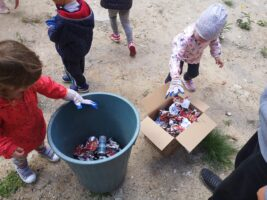 Zdjęcie dzieci segregujących śmieci - Sprzątanie Świata
