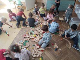 Zdjęcie dzieci bawiących się torami