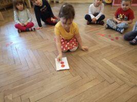 Zdjęcie dziecka liczącego koła - Zabawy z matematyką