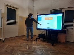 Zdjęcie nauczycielki wyjaśniającej obsługę programu Canva